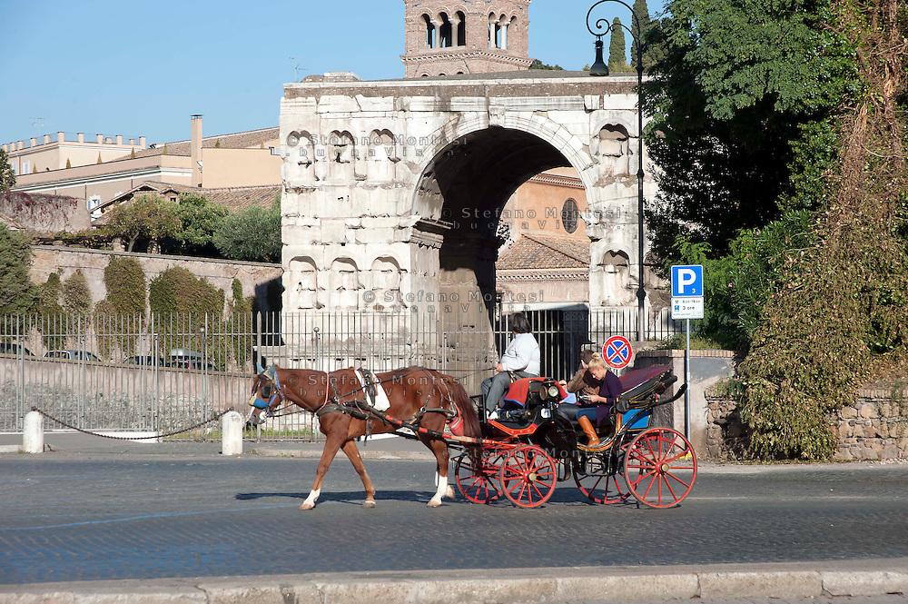 Ottobre 2011.orse-Drawn Carriage  in Piazza Bocca della Verita, on the background is the Arch of Janus.Carrozzella con cavallo in Piazza Bocca della Verità, sullo sfondo l'Arco di Giano