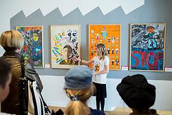 Eva Zalaznik z OŠ Trnovo predstavlja razstavo Otroci brez otroštva. Na razstavi Otroci brez otroštva predstavljajo plakate na temo problematike otroškega dela po svetu, ki so jih udeleženci projekta Muzej v malem zbrali na natečaju za osnovne šole in družine. Plakati ozaveščajo javnost in opozarjajo na kruto realnost otrok, ki še vedno nimajo možnosti izbire med brezskrbnim otroštvom in delom v tovarnah.<br /> // Exhibition Children without of Childhood, on March 21, 2017 in City Museum, Ljubljana, Slovenia. Photo by Vid Ponikvar / Sportida