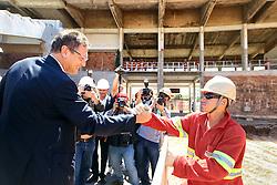 O secretário geral da FIFA Jerome Valcke cumprimenta trabalhador durante visita as obras de reforma do estádio Beira Rio em 17 de outubro de 2012. O Estádio Beira Rio receberá jogos da Copa do Mundo de Futebol 2014. FOTO: Jefferson Bernardes/Preview.com