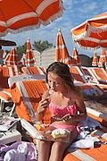 Vacanciers sur les bords de la mer des Saintes Maries-de-la-Mer, Bouches-du-Rhone, France.