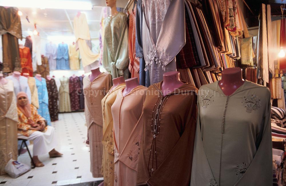 Boutique de kaftans dans la medina de Tanger, Maroc