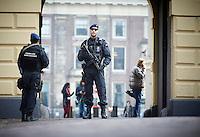Den Haag, 22 maart 2016 - Extra beveiliging op en rond het Binnenhof door bewapende Marechaussee naar aanleiding van de aanslagen in Brussel.<br /> Foto: Phil Nijhuis