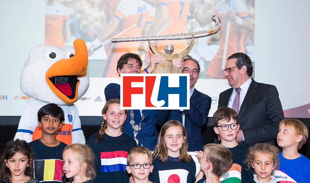 BREDA -  officiele opening van de Rabobank Champions Trophy Hockey , in de Nieuwe Kerk van Breda.   Breda burgermeester Paul Depla, met Erik Cornelissen (voorz. KNHB) en Gedeputeerde Bert Pauli . COPYRIGHT  KOEN SUYK