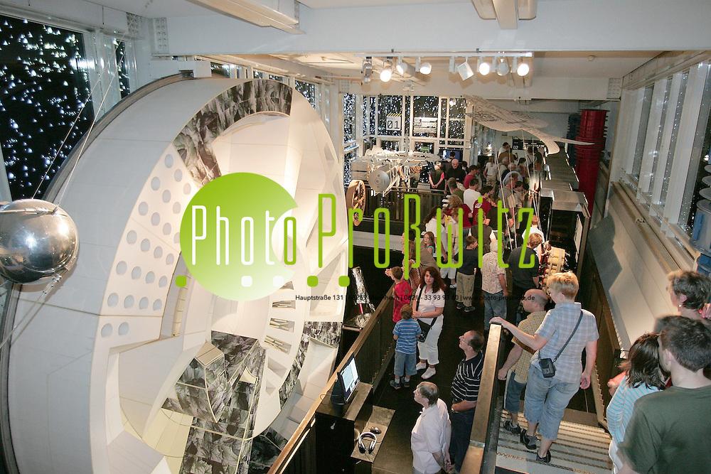 Mannheim. Landesmuseum f&uuml;r Technik und Arbeit (LTA) Letzter Tag der &quot;Raumfahrtausstellung&quot; - bei freiem Eintritt st&ouml;men die Massen in das Museum.<br /> <br /> Bild: Markus Pro&szlig;witz<br /> ++++ Archivbilder und weitere Motive finden Sie auch in unserem OnlineArchiv. www.masterpress.org ++++