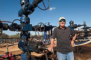 Cuero, Texas. Fracking brought a huge oil boom to Dewitt County in Texas...Der texanische Oel-Milliardaer George Bishop vor vier seiner Oel-Quellen in Cuero, Texas. Jede Quelle kostet 10 Millionen Dollar. .© Stefan Falke www.stefanfalke.com.Unterwegs mit Peter Hossli.