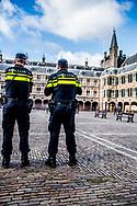 den haag  politie bewaakt bweaken het binnenhof politiek ridderzaal  politie agent agenten op het binnenhof politiek beveiligen , beveiliging , marechaussee  ROBIN UTRECHT