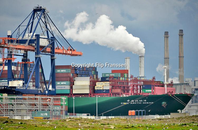 Nederland, the Netherlands, Rotterdam, 12-5-2017Containeroverslag in de rotterdamse haven op de 2e maasvlakte, bij Euromax terminal. Een chinees schip wordt gelost. Foto: Flip Franssen