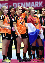 20-12-2015 DEN: World Championships Handball 2015 Nederland - Noorwegen, Herning<br /> Finale WK Handbal / Nederland verliest kansloos de finale van Noorwegen en moet genoegen nemen met zilver / Bij het Noorse volkslied kwam er toch een klein beetje teleurstelling bij Debbie Bont #7, Nycke Groot #17, Angela Malestein #26