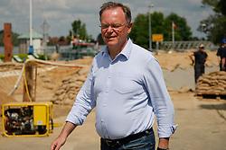 Ernste Mienen am Notdeich in Neu Darchau: Besuch des niedersächsischen Ministerpräsidenten Stephan Weil (SPD) während des Elbhochwassers 2013 in Lüchow-Dannenberg. <br /> <br /> Ort: Neu Darchau<br /> Copyright: Karin Behr<br /> Quelle: PubliXviewinG