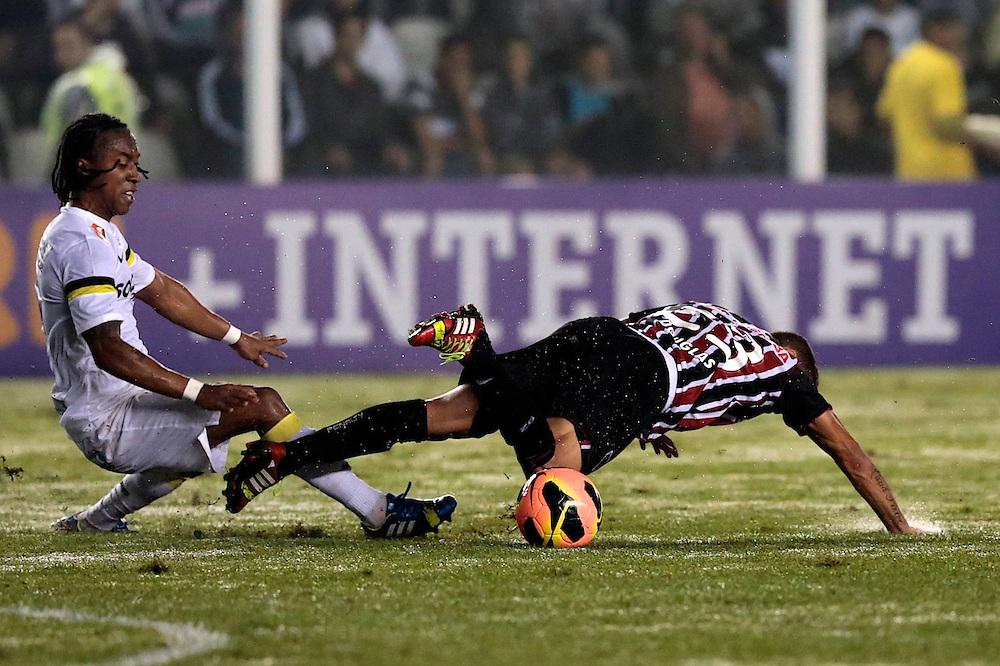 SANTOS X S&atilde;o Paulo - CAMPEONATO BRASILEIRO - 02/10/2013<br /> ESPORTE -  Arouca de Douglas em lance de jogo entre Santos e S&atilde;o Paulo, v&aacute;lido pela 25&ordf; rodada do Campeonato Brasileiro de 2013, realizado no est&aacute;dio da Vila Belmiro, na cidade de Santos. FOTO: DANIEL GUIMAR&Atilde;ES/FRAME