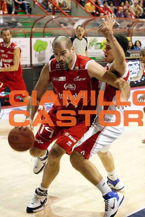 DESCRIZIONE : Pistoia Lega A2 2011-12 Giorgio Tesi Group Pistoia Trenkwalder Reggio Emilia<br /> GIOCATORE : Chiacig Roberto<br /> SQUADRA : Trenkwalder Reggio Emilia<br /> EVENTO : Campionato Lega A2 2011-2012<br /> GARA : Giorgio Tesi Group Pistoia Trenkwalder Reggio Emilia<br /> DATA : 18/03/2012<br /> CATEGORIA : Palleggio<br /> SPORT : Pallacanestro<br /> AUTORE : Agenzia Ciamillo-Castoria/Stefano D'Errico<br /> Galleria : Lega Basket A2 2011-2012 <br /> Fotonotizia : Pistoia Lega A2 2011-2012 Giorgio Tesi Group Pistoia Trenkwalder Reggio Emilia<br /> Predefinita :