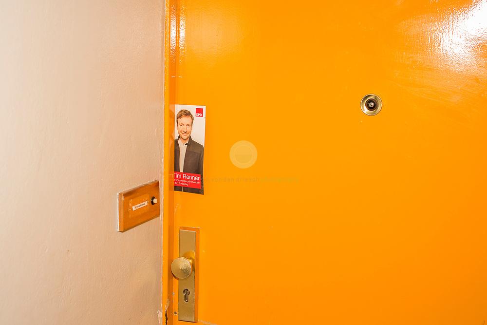 Mit dem SPD-Abgeordneten Tim Renner auf Tuer-zu-Tuer Wahlkampf in seinem Wahlkreis Berlin Charlottenburg-Wilmersdorf. Begleitet von einem Pressetross stellt sich Tim Renner den Buegern seines Wahlkreises vor. Renner ist Musikproduzent, Journalist und Autor; von 2014 bis 2016 war er Berliner Staatssekretaer für Kultur. Mit dem SPD-Abgeordneten Tim Renner auf Tuer-zu-Tuer Wahlkampf in seinem Wahlkreis Berlin Charlottenburg-Wilmersdorf. Begleitet von einem Pressetross stellt sich Tim Renner den Buegern seines Wahlkreises vor. Renner ist Musikproduzent, Journalist und Autor; von 2014 bis 2016 war er Berliner Staatssekretaer für Kultur.