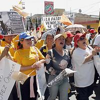 """Pachuca, Hgo.- Cientos de simpatizantes del PRD, asi como diputados y senadores electos, iniaciaron una marcha con rumbo a la ciudad de Mexico a la que denominaron """"Por la Legalidad"""", en apoyo a Andres Manuel Lopez Obrador por el supuesto fraude que cometio el IFE en contra del candidato presidencial. Agencia MVT / J. Jorge Sanchez. (DIGITAL)<br /> <br /> NO ARCHIVAR - NO ARCHIVE"""