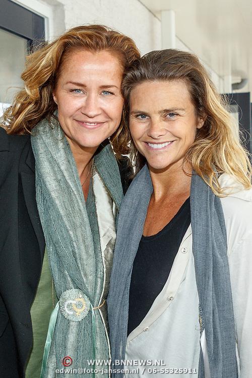 Uitreiking CosmoQueen Award 2015 aan Paulien Huizinga, Paulien Huizinga met Judith Wiersma