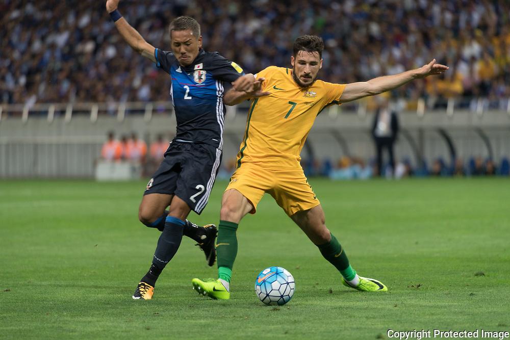 Football Soccer - Japan v Australia - World Cup 2018 Qualifier - Saitama Stadium 2002, Saitama, Japan - 31/08/17. Japan's Ideguchi Yosuke and Australia's Matthew Leckie in action. 31/08/2017-Saitama, JAPAN