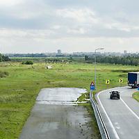 Nederland Delft 17-09-2010 20100917     A4 Delft - Schiedam wordt definitief verlengd,  er  is begin deze maand officieel besloten tot de aanleg van het stuk snelweg waarover zo'n vijftig jaar is gesproken. Rijkswaterstaat en het ministerie van VWS hebben dat laten weten.Over de nieuwe verkeersader wordt al decennialang gesteggeld, vooral omdat de weg het natuurgebied Midden-Delfland doorboort...De zeven kilometer asfalt tussen Delft en Schiedam doorkruist straks verdiept of via een tunnel het natuurgebied tussen de twee steden. Het belangrijkste pluspunt is dat de A13 wordt ontlast. Op rijksweg A13 staat dagelijks de voor de economie schadelijkste file van Nederland. Met het project A4 Delft-Schiedam willen lokale en regionale overheden en het Rijk de problemen rond bereikbaarheid en leefbaarheid op en rond de A13 en de A4 Delft-Schiedam oplossen, ook de bereikbaarheid van de Maasvlakte wordt zo verbeterd. Randstad.  ontlasting wegennet. Midden Delftland. , ruimtelijke ordening, ruimtelijke planning, ruimtelijke visie, ruraal, rurale omgeving, rustiek, rustieke, rustieke omgeving, rustig, rustige, schadelijk, schadelijk voor milieu, schaden, snelweg, snelwegen, spoor, stil, terrein, toekomst, toekomstige plannen, toekomstplannen, tracé, traject, transport, truck, uitgestrektheid, uitlaatgassen, verbinding, verbindingen, vergezicht, vergezichten, verkeer en vervoer, verkeer en waterstaat, verkeersader, verkeersaders, verkeersdruk, verkeersnet, vernieuwing, vervoer, vewezenlijken, vrachtwagen, weg, wegen, wegenbouw, wegennet, wegnet, wegverbinding, wei, weide, wijds, wijdsheid