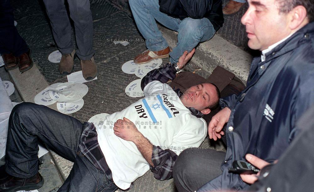 Roma 15 Aprile 2002.Israele Day.Manifestazione per lo stato di Israele in piazza del Campidoglio.Manifestanti della comunità ebraica di Roma manifestano contro i palestinesi presenti in piazza Venezia,.manifestante colpito dalla polizia cade in terra.