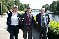 03 SEP 2010, BERLIN/GERMANY:<br /> Birgit Marschall (L), Redakteurin Rheinische Post, Thomas de Maiziere (M), CDU, Bundesinnenminister, und Dr. Gregor Mayntz (R), Redakteur Rheinische Post, Intervirew waehrend einem Spaziergang von der Bundespressekonferenz zum Bundesinnenministerium<br /> IMAGE: 20100903-01-043<br /> KEYWORDS: Thomas de Maizière