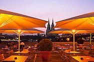 DEU, Germany, Cologne, beer garden at the Hotel Hyatt in the town district Deutz, view to the cathedral.<br /> <br /> DEU, Deutschland, Koeln, Biergarten am Hyatt Hotel in Deutz, Blick zum Dom.