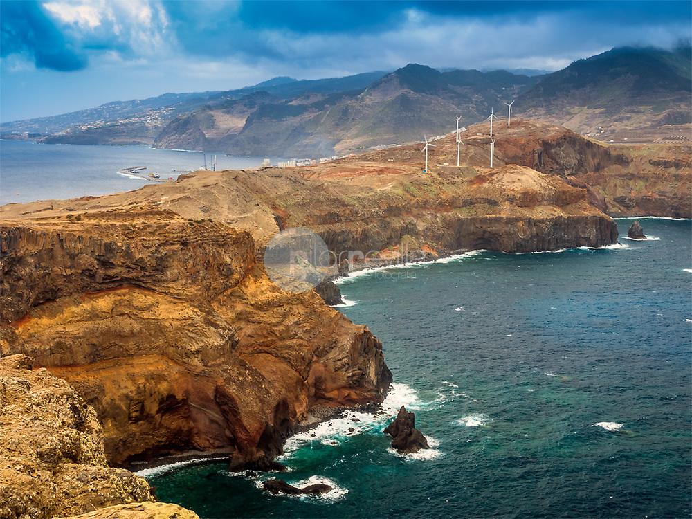 Molinos de viento en los acantilados de la Punta de San Lorenzo, Madeira ©Javier Abad / PILAR REVILLA