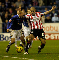 Photo: Leigh Quinnell.<br /> Leicester City v Southampton. Coca Cola Championship.<br /> 05/11/2005. Leicesters Ryan Smith battles with Southamptons Nigel Quashie.