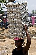 Ouanaminthe, Hai?ti.  Frontie?re Re?publique Dominicaine..Des milliers d'Hai?tiens traversent chaque jours en  Re?publique Dominicaine en empruntant un pont pour acheter des denre?es et produits au marche?. Ici, on voit le co?te? Hai?tien..A woman carrying eggs on her head. Haiti.