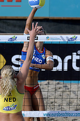 26-08-2006: VOLLEYBAL: NESTEA EUROPEAN CHAMPIONSHIP BEACHVOLLEYBALL: SCHEVENINGEN<br /> Merel Mooren wint de zilveren medaille<br /> ©2006-WWW.FOTOHOOGENDOORN.NL