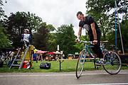 Een man doet mee aan de voorronde van het NK Slowbiken, waar je zo langzaam mogelijk moet fietsen. In Arnhem vindt in het Sonsbeekpark Velofest plaats, een festival over fietsen, tegelijk met het roodtruck festival Eten op Rolletjes. Het festival is het einde van de internationale conferentie Velo City dat dit jaar in Nijmegen en Arnhem is gehouden. Tijdens het meerdaags congres praten beleidsmedewerkers en de fietsindustrie over het gebruik van de fiets in het dagelijks leven. Daarnaast zijn er tal van fietsgerelateerde activiteiten.<br /> <br /> In Arnhem the bike festival Velofest is held, as end of  the bike related congress Velo City 2017 that was hosted in Arnhem and Nijmegen. From all over the world people come to talk about the use of the bicycle as a way of transportation.