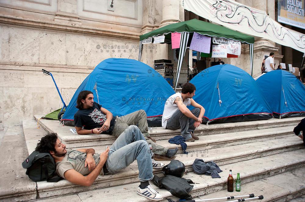 Roma 13 Ottobre 2011.Indignati presidiano e si accampano in via Nazionale nei pressi di palazzo Koch sede di Bankitalia.secondo giorno sulla scalinata del Palazzo delle Esposizioni