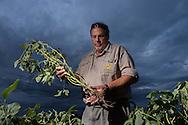 """Agraringenieur Ricardo Cesar Etienot (oben) warnt: """"Wir wollen keine Totalvernichtung."""" Seit 1996 genmanipulierte Pflanzen im Kombipack mit Glyphosat eingeführt wurden, stieg die ANBAUFLÄCHE weltweit von 1,7 Millionen auf 133 Millionen Hektar."""