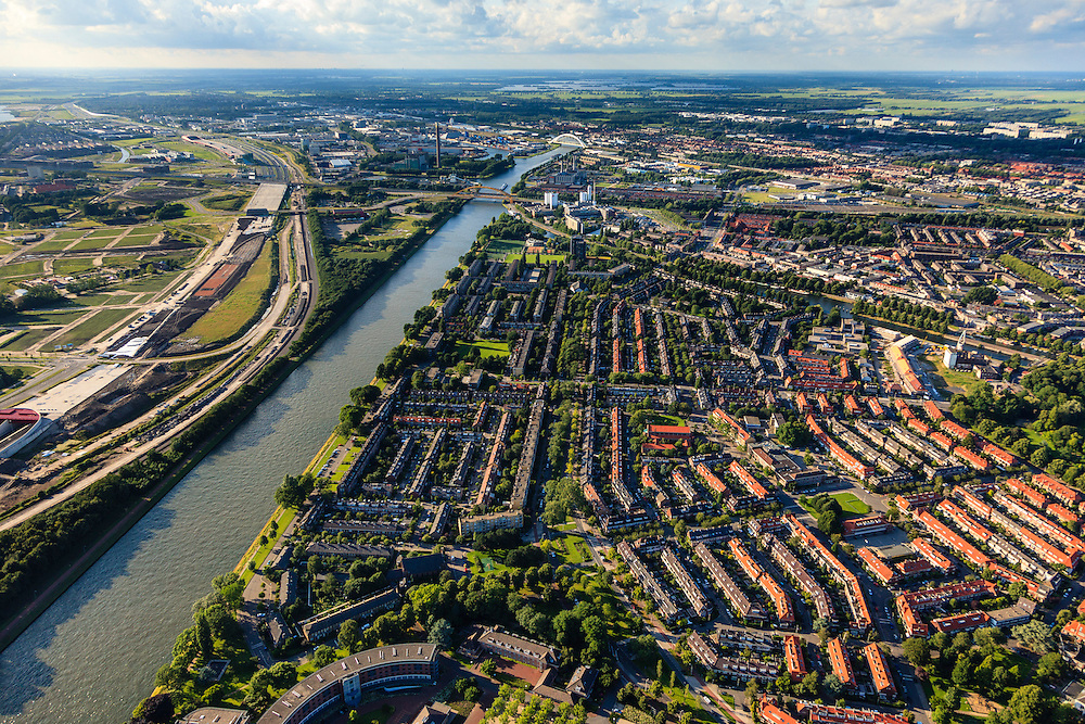 Nederland, Utrecht, Utrecht, 15-07-2012; overzicht van de wijk Halve Maan, direct naast het Amsterdam-Rijnkanaal. De wijk maakt onderdeel van uit van het stadsdeel Oog en Al.  De wijk stamt uit de  jaren vijftig, de wederopbouwperiode en kenmerkt zich door laagbouw en portiek-flats. Midden in de buurt het groen van het Victor Hugoplantsoen..Overview of the Halve Maan (Crescent) neighborhood, part of district Eye and Al. Low-rise flats and single-family houses. The neighborhood dates from the fifties, the post-war reconstruction period..luchtfoto (toeslag), aerial photo (additional fee required).foto/photo Siebe Swart