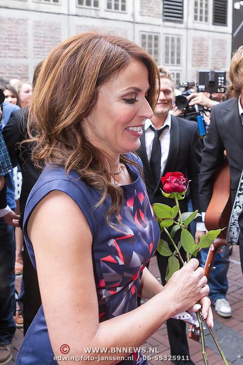 NLD/Amsterdam/20130506 -  Boekpresentatie 'De hartsvriendin' van Heleen van Royen, Heleen van Royen krijgt een roos
