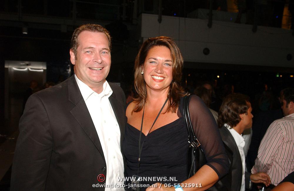 NLD/Amsterdam/20050908 - Finale Elite Modellook 2005, winnares Laura Holzhauer word gefeliciteerd door haar vader