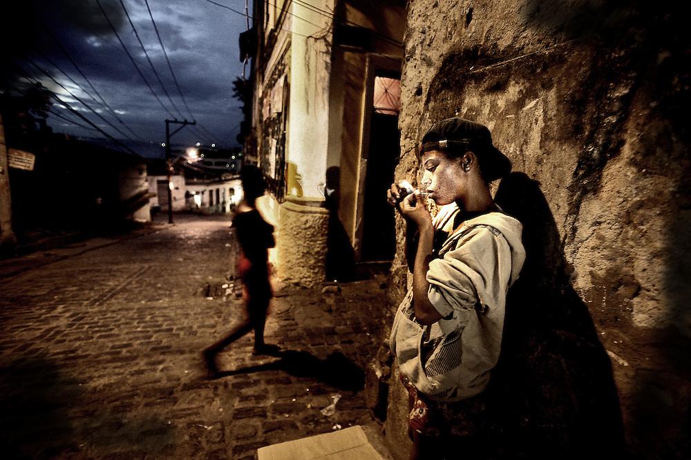 Salvador de Bahia, Brasil, febrero 2010, una chica se droga en pleno centro de la ciudad durante el periodo de el carneval