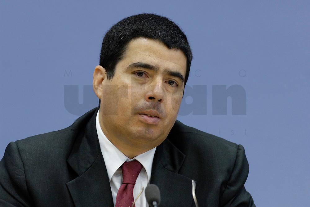 21 FEB 2006, BERLIN/GERMANY:<br /> Prof. Vernor Munoz Villalobos, UN-Sonderberichterstatter<br /> fuer das Recht auf Bildung, waehrend einer Pressekonefernz zum Bericht des UN-Sonderberichterstatters, Bundespressekoneferenz <br /> IMAGE: 20060221-02-021