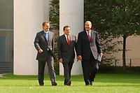 20 SEP 2003, BERLIN/GERMANY:<br /> Tony Blair (L), Premierminister Gross Britannien,  Gerhard Schroeder (M), SPD, Bundeskanzler, und  Jacques Chirac (R), Praesident Frankreich, auf dem Weg zu einer Pressekonferenz zum Ergebnis eines vorangegangenen  Gipfelgespraechs, Garten, Bundeskanzleramt <br /> IMAGE: 20030920-01-042<br /> KEYWORDS: Gerhard Schröder, Gipfel, summit,