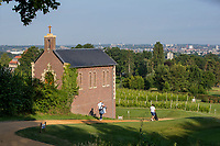 Margraten  - Kapel bij de tee van hole 2 en wijngaard. Rijk van Margraten.  COPYRIGHT KOEN SUYK