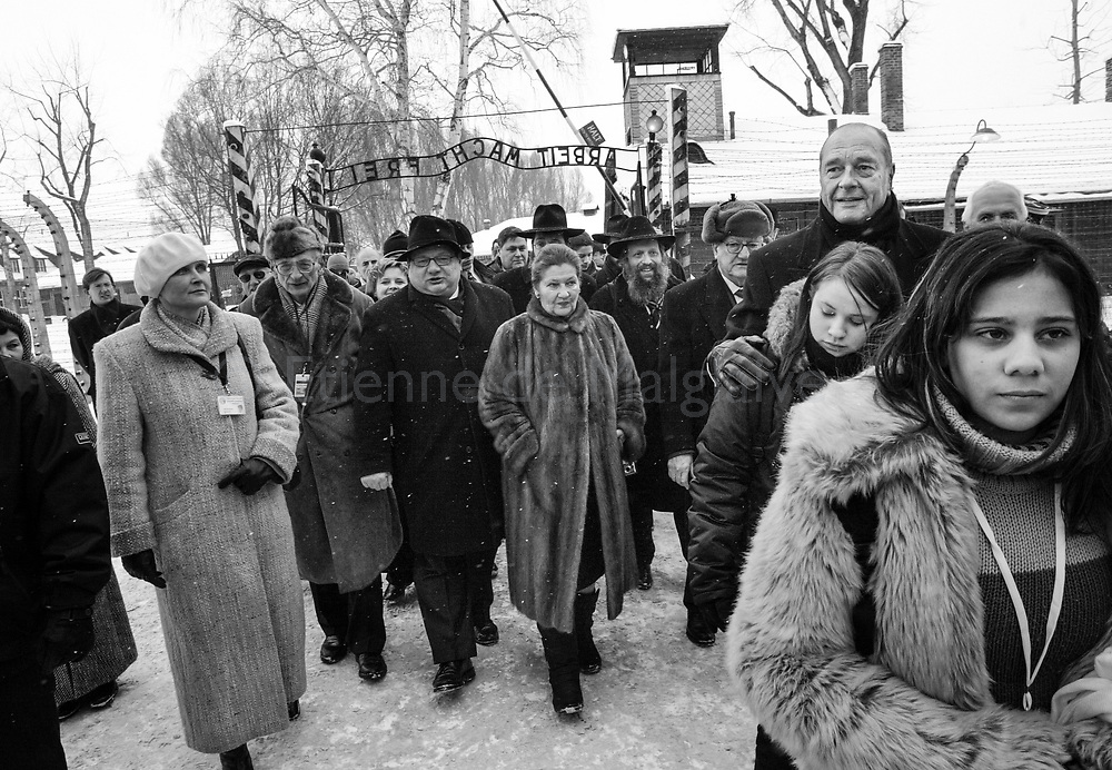 Emue, silencieuse, Simone Veil visite le camp d'Auschwitz accompagné du président Jacques Chirac à l'occasion du 60ème anniversaire de la libération du complexe d'extermination. 27 January 2005. Alongside President Chirac, Simone Veil return to Auschwitz prior to an International ceremony at the Birkenau death camp for the 60th anniversary of Auschwitz liberation. Simone Veil was deported in 1944 when she was 16 and survived while her father and brother vanished during the Shoah.