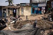 Pojkar ser ner i en brunn, Bombay (Mumbai), Indien