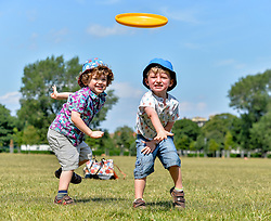 Pictured: 3 year old twins Corin and Elliott Brennan from Leith have fun in the sun playing frisbee on Leith Links as the Capital sweltered in 27 degree heat.<br /> <br /> &copy; Dave Johnston / EEm