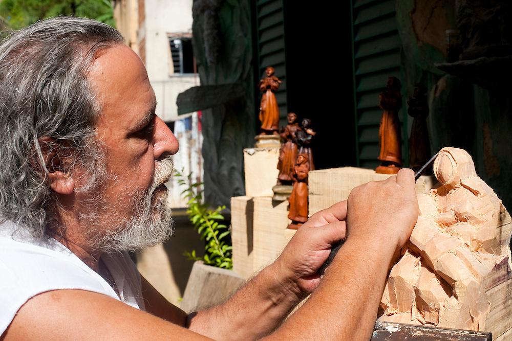 Ponte Nova_MG, Brasil...Artista produzindo santos artesanais em seu atelier na sede da cidade de Ponte Nova...The artist producing crafts saints in his atelier at the in  Ponte Nova...Foto: BRUNO MAGALHAES / NITRO
