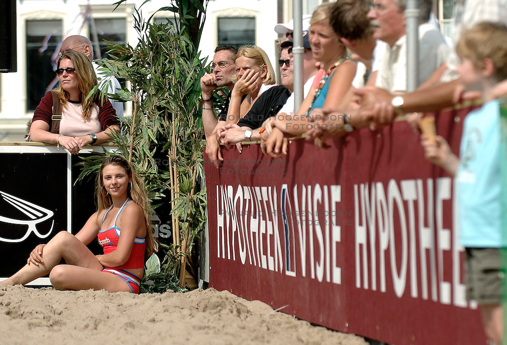 18-06-2006 VOLLEYBAL: CITY BEACH TOUR: GOUDA<br /> De finales van de City Beach! Tour stond dit weekend op de markt van Gouda / beach item - boarding sponsors support publiek<br /> &copy;2006-WWW.FOTOHOOGENDOORN.NL