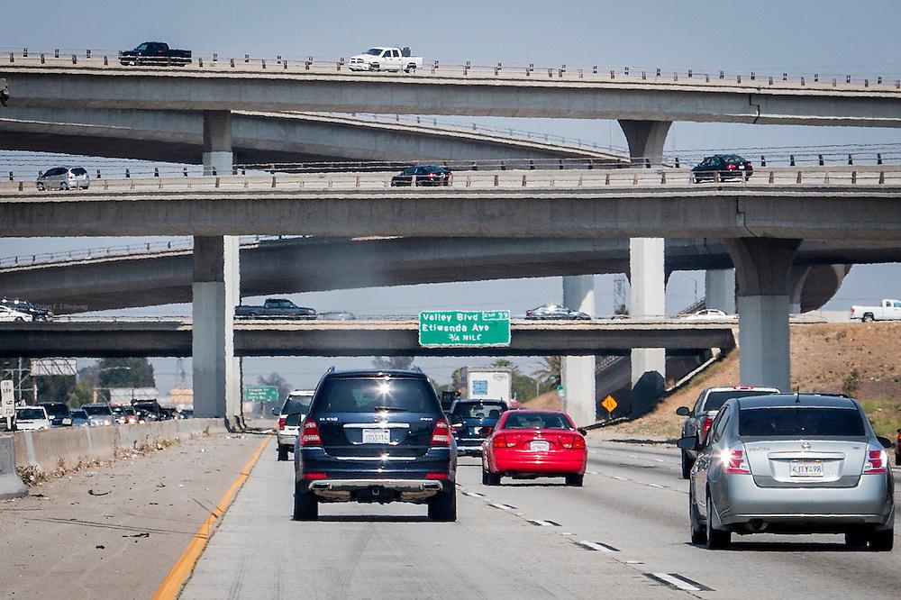 Biler forserer en gigantisk veimaskin i San Bernadino, California. Biltrafikken står alene for en femtedel av USAs CO2-utslipp.
