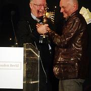 NLD/Bussum/20051212 - Uitreiking Gouden Beelden 2005, Hans Kemna  reikt beeld uit voor beste acteur aan Bert Luppes