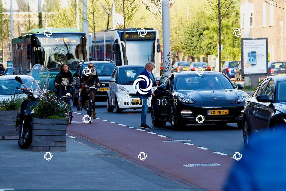 AMSTERDAM - In het Conservatorium Hotel vierde Leco Zadelhoff zijn 45ste verjaardag. Met op de foto  Jan des Bouvrie vertrekt weer en stapt in zijn auto. FOTO LEVIN DEN BOER  - PERSFOTO.NU