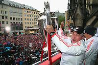 FUSSBALL TRIPELPARTY  SAISON  2012/2013  02.06.2013 Champions Party des FC Bayern Muenchen nach dem Gewinn des DFB Pokal und Triple.  Das Team feiert auf dem Muenchner Marienplatz den historischen Gewinn des CHL Pokal, der Meisterschaft und DFB Pokal.  Trainer Jupp Heynckes mit CHL Pokal