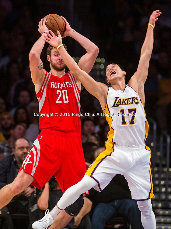 1月25日,洛杉磯湖人隊後衛林書豪(17) 在比賽中防守休斯頓火箭隊前鋒多納塔斯&middot;莫泰尤納斯(20)。當日,在2014-2015賽季NBA常規賽中,洛杉磯湖人隊主場以87比99不敵休斯頓火箭。(新華社發 趙漢榮攝)<br /> Los Angeles Lakers guard Jeremy Lin (17) defends Houston Rockets forward Donatas Motiejunas (20) during their NBA game at Staples Center in Los Angeles, California on January 25, 2015 . Rockets defeated Lakers 99-87. (Xinhua/Zhao Hanrong)<br /> Photo by Ringo Chiu/PHOTOFORMULA.com)