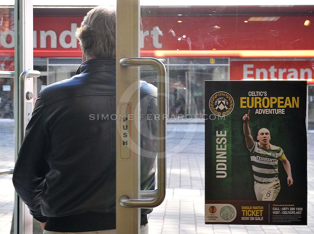 Glasgow, 28 Settembre 2011.UEFA Europa League 2011/2012  2^ giornata gruppo I..Udinese vs Celtic Glasgow..Nella Foto: locandina della partita esposta in un negozio a Glasgow..© foto di Simone Ferraro