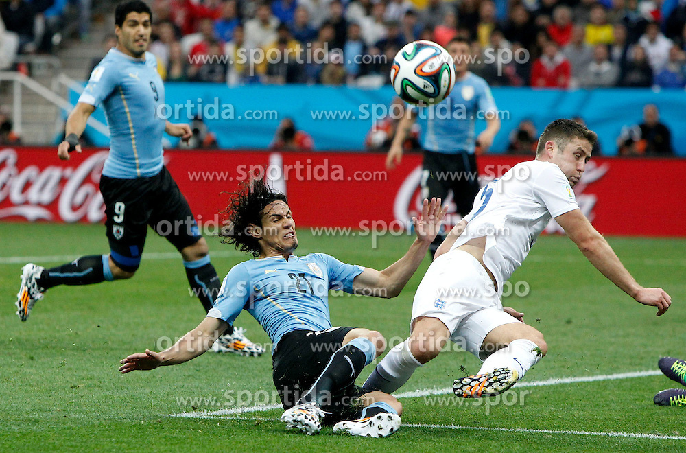 19.06.2014, Arena de Sao Paulo, Sao Paulo, BRA, FIFA WM, Uruguay vs England, Gruppe D, im Bild England's Gary Cahill (R, front) vies with Uruguay's Edinson Cavani (L, front) // during Group D match between Uruguay and England of the FIFA Worldcup Brasil 2014 at the Arena de Sao Paulo in Sao Paulo, Brazil on 2014/06/19. EXPA Pictures &copy; 2014, PhotoCredit: EXPA/ Photoshot/ ZHOU LEI<br /> <br /> *****ATTENTION - for AUT, SLO, CRO, SRB, BIH, MAZ only*****