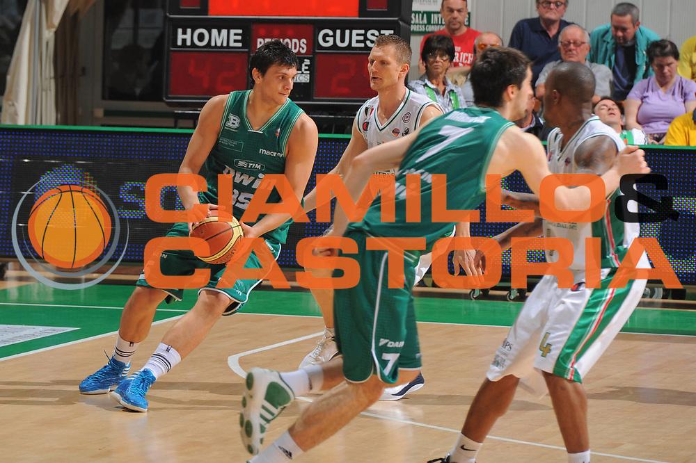 DESCRIZIONE : Siena Lega A 2010-11 Semifinale Play off Gara 2 Montepaschi Siena Benetton Treviso <br /> GIOCATORE : Alessandro Gentile<br /> SQUADRA : Montepaschi Siena Benetton Treviso  <br /> EVENTO : Campionato Lega A 2010-2011<br /> GARA : Montepaschi Siena Benetton Treviso <br /> DATA : 02/06/2011<br /> CATEGORIA : Palleggio<br /> SPORT : Pallacanestro<br /> AUTORE : Agenzia Ciamillo-Castoria/GiulioCiamillo<br /> Galleria : Lega Basket A 2010-2011<br /> Fotonotizia : Siena Lega A 2010-11 Semifinale Play off Gara 2 Montepaschi Siena Benetton Treviso<br /> Predefinita :